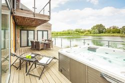 Waters Edge, Cotswold Water Park, Nr Cirencester